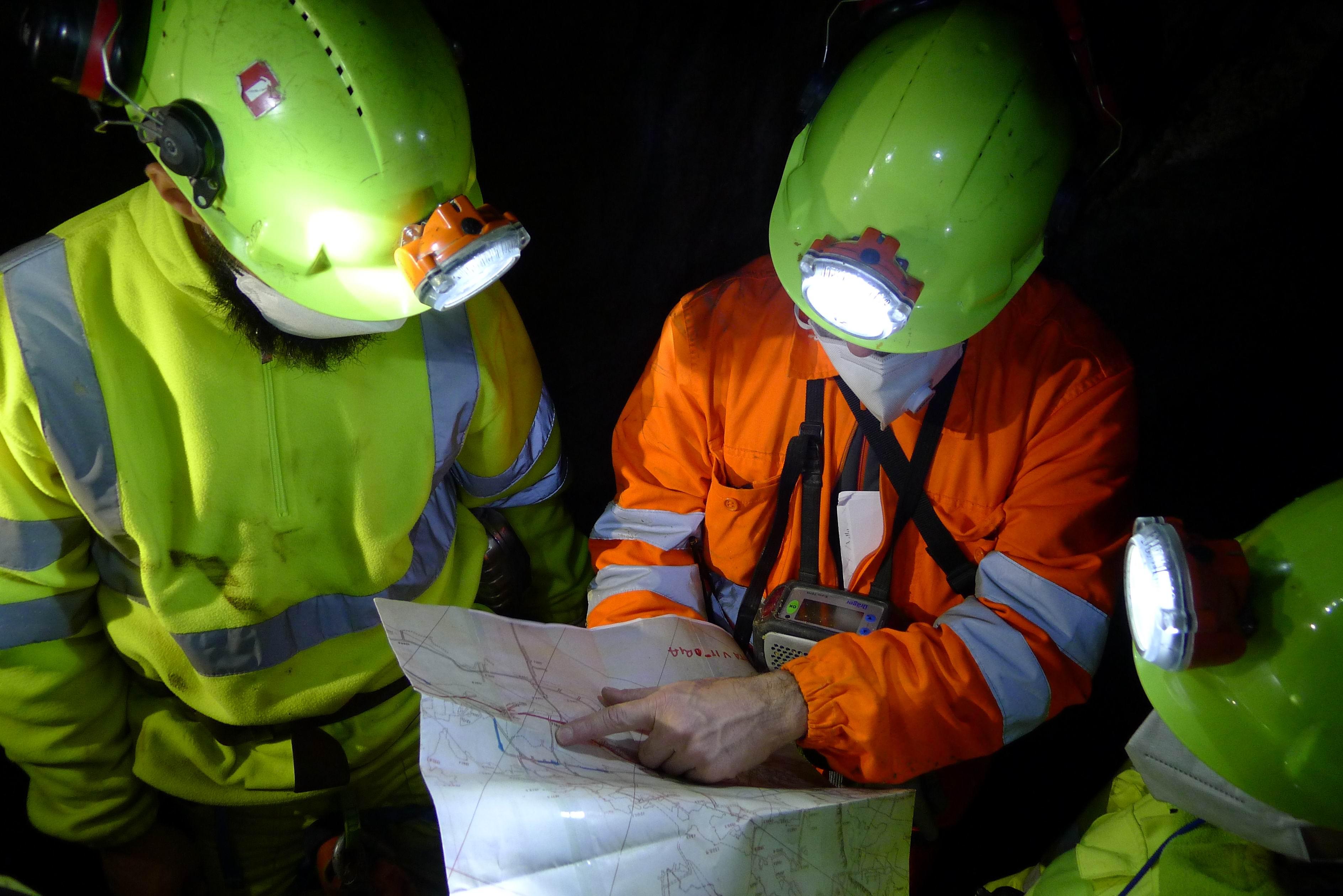 Alla base della discenderia si fa il punto rispetto alle vecchie mappe della miniera.