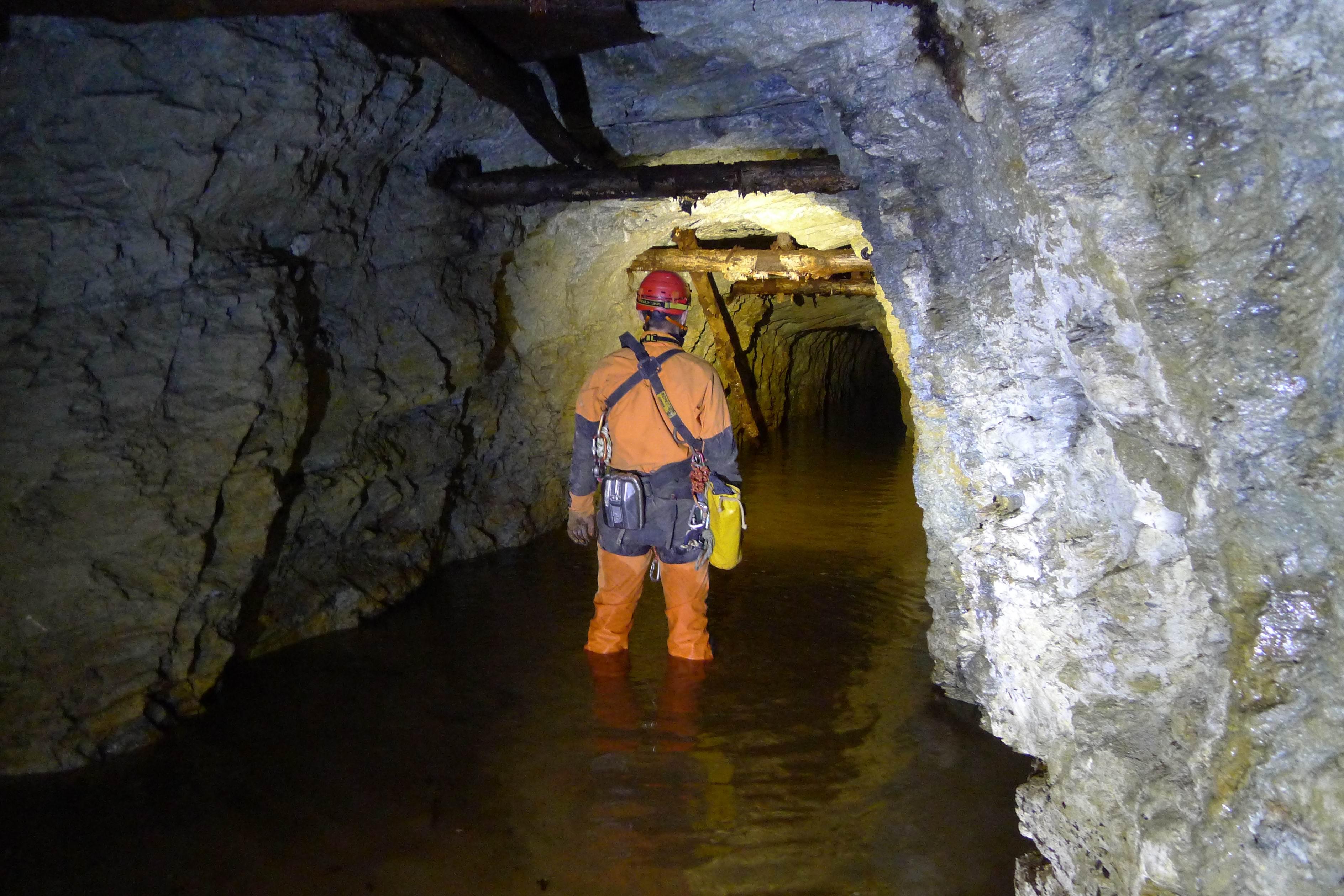 L'acqua è abbastanza alta da superare il bordo degli stivali.